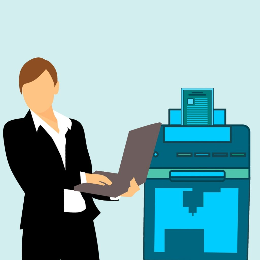 אישה מחשב ומדפסת