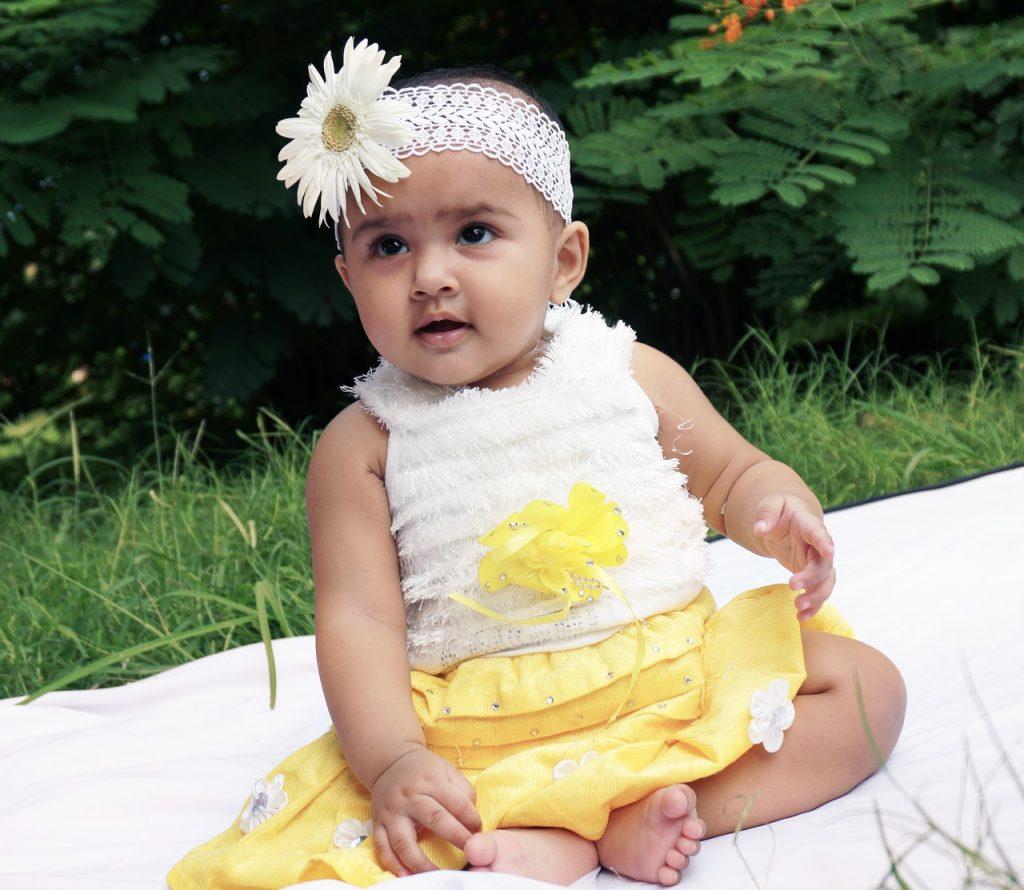 תינוקת עם בגדי מעצבים