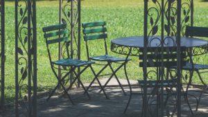 כיסאות ושלוחן
