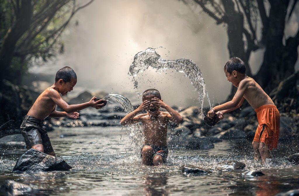 ילדים משחקים במים