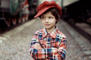 ילד במכופתרת וכובע