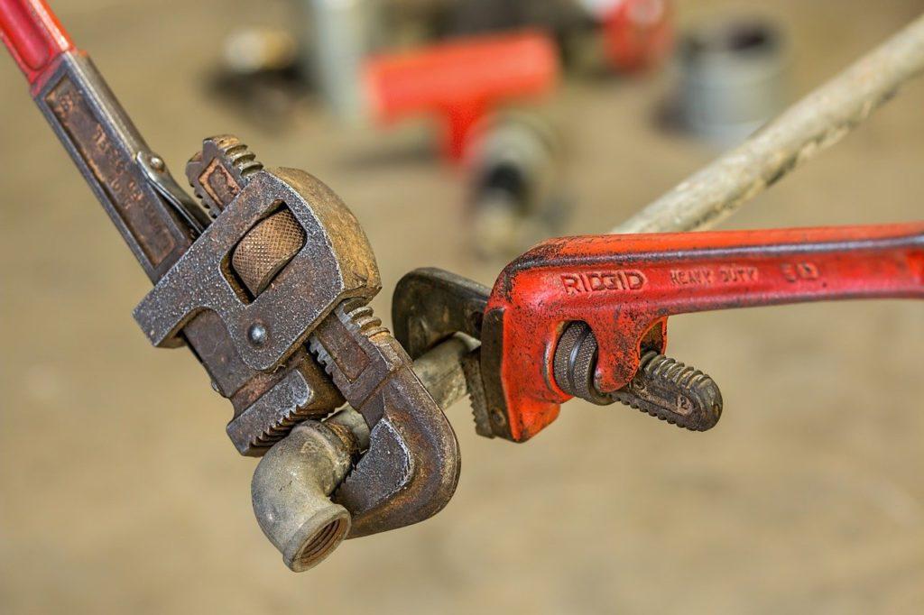 כלי עבודה וצינור