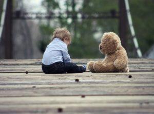 ילדה ודובי יושבים