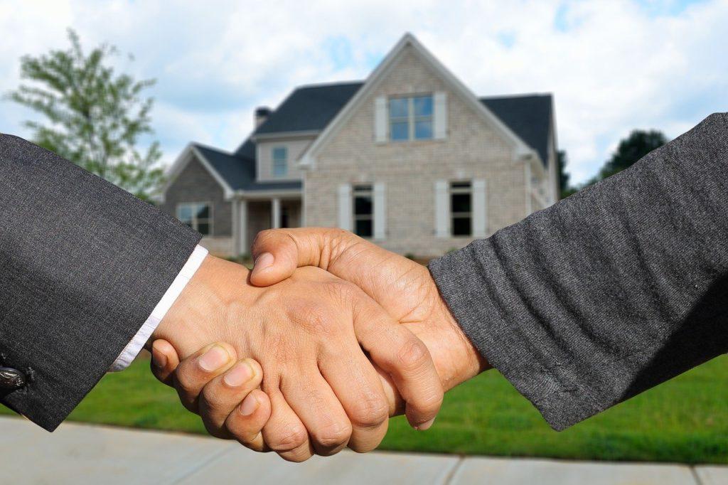תמונת רקע של בית + 2 אנשים לוחצים ידיים