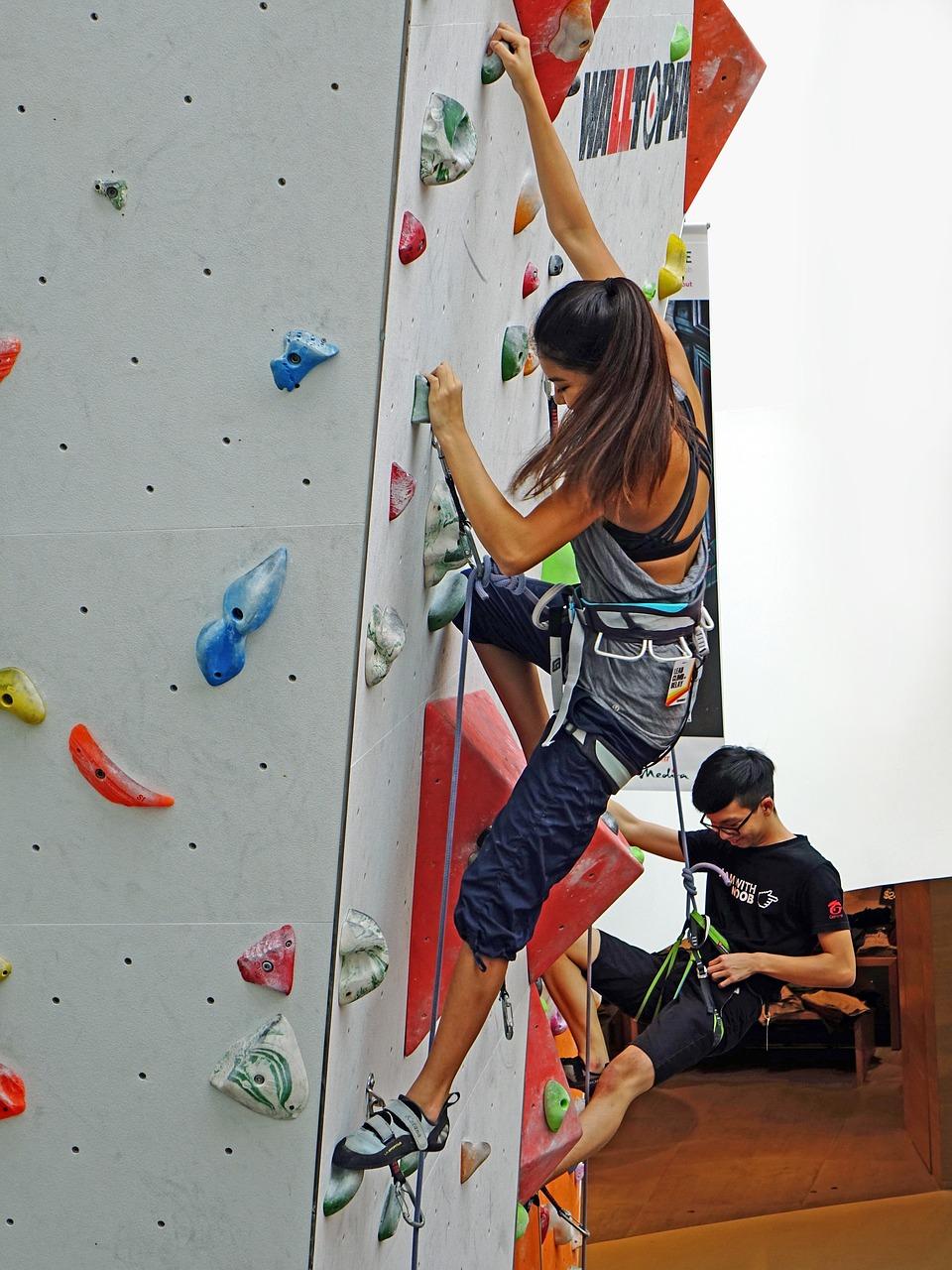 ילדה מטפסת
